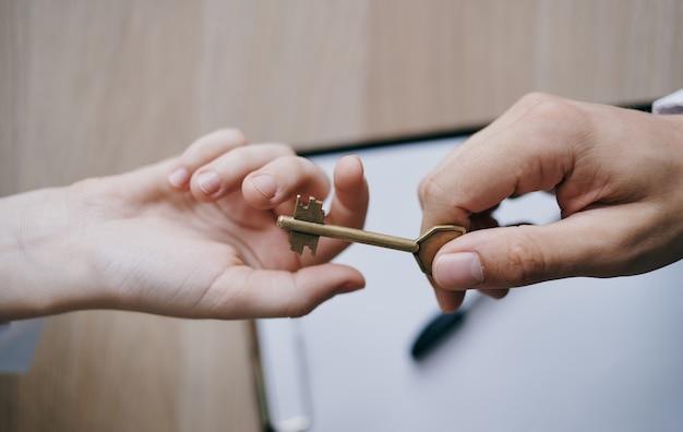 Remise de la clé de main en main aux documents de travail de la finance d'entreprise.