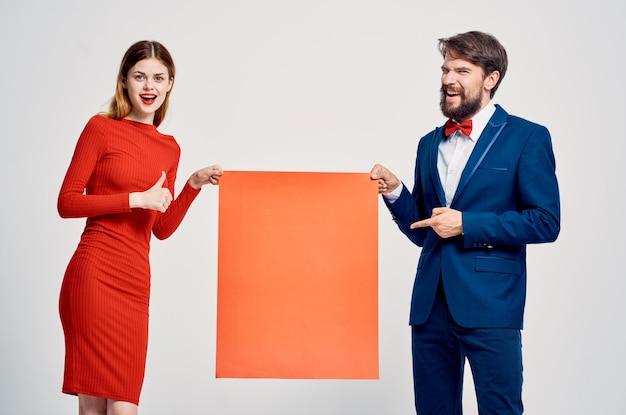 Remise publicitaire sur l'affiche du pavot rouge homme et femme
