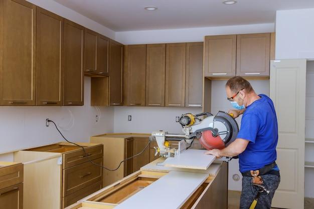Remodeler la vue de l'amélioration de l'habitat installée dans une nouvelle cuisine équipements de protection individuelle pour les soins de santé covid-19,