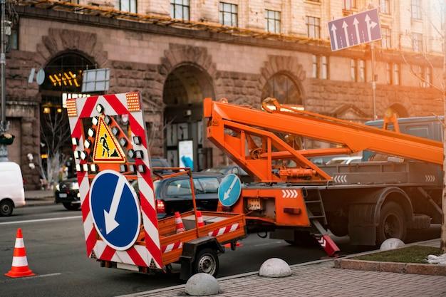 Remorque d'avertissement de trafic pour autoroutes. réparation routière, reconstruction
