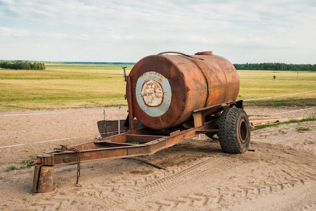 Remorque tonneau avec de l'eau sur le terrain
