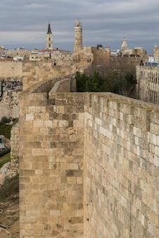 Remparts à pied avec la tour de david en arrière-plan, vieille ville, jérusalem, israël