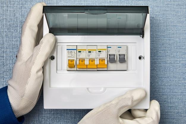 Remplacement de la boîte à fusibles et de l'unité de consommation. installation de disjoncteurs résidentiels.