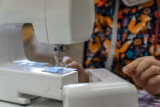 Remplacement du fil dans une machine à coudre pour agrafer le tissu.
