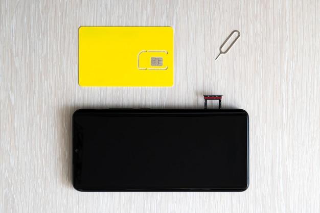 Remplacement de la puce de la carte nano sim dans un smartphone moderne, vue rapprochée. copyspace, espace vide pour la conception et le lettrage