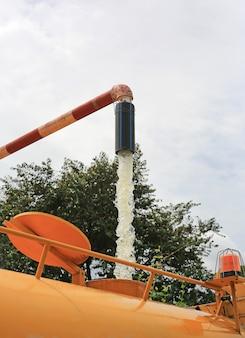 Remplir de l'eau dans le réservoir du camion. fermer.