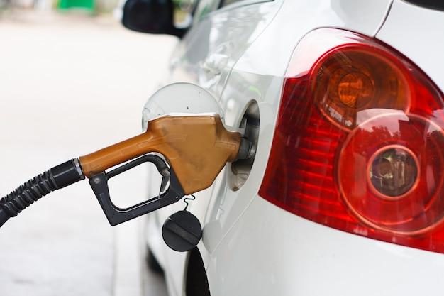 Remplir la machine de carburant. voiture faire le plein d'essence dans une station-service. pompe de station-service remplissage de gaz de voiture.