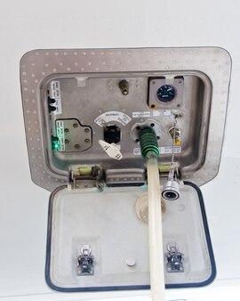 Remplir le service de l'eau du fond de l'avion