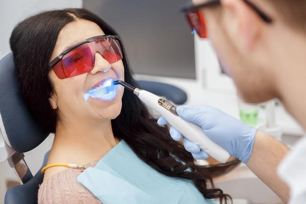 Remplissage dentaire avec lampe uv pour une patiente âgée