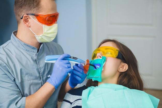 Remplissage des dents avec une lampe ultraviolette