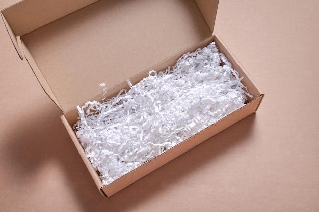 Remplissage de papier blanc dans une boîte en carton