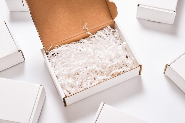 Remplisseur de papier blanc dans une boîte en carton, ensemble de boîtes en carton blanc