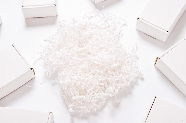 Remplisseur de papier blanc avec ensemble de boîtes en carton blanc