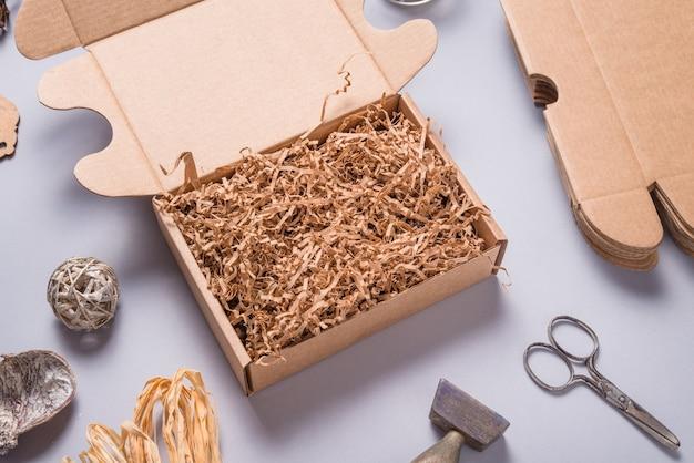 Remplisseur de papier brun shredde dans une boîte en carton pour l'emballage