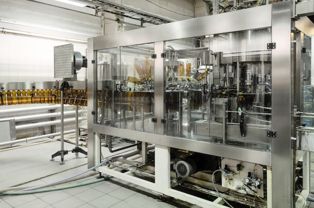Remplisseuse automatique. verser de la bière dans une brasserie. image tonique