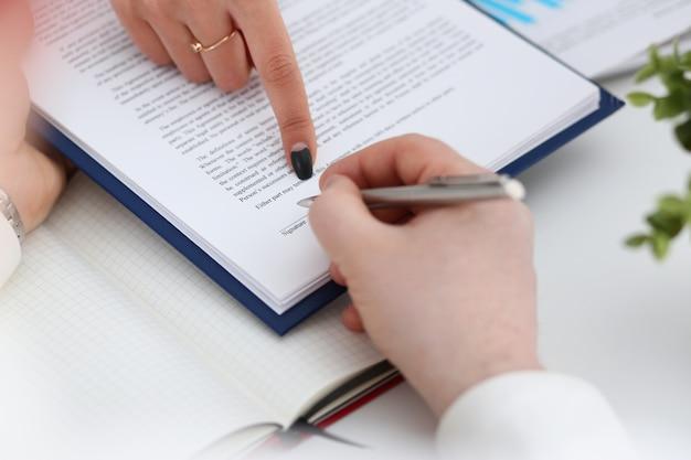 Remplissez le bras et signez le formulaire important attaché au tampon