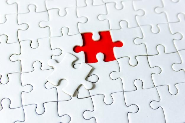 Remplissez le fragment de pièces manquantes du puzzle concept de puzzle blanc pour réussir
