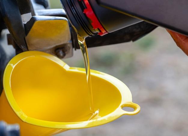 Remplissez d'huile le moteur après avoir conduit la moto