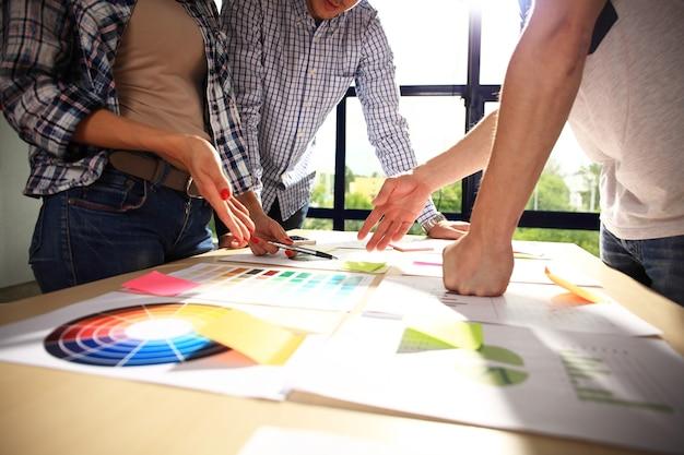 Remue-méninges de l'équipe commerciale. recherche de plan marketing. documents sur la table, ordinateur portable et téléphone portable