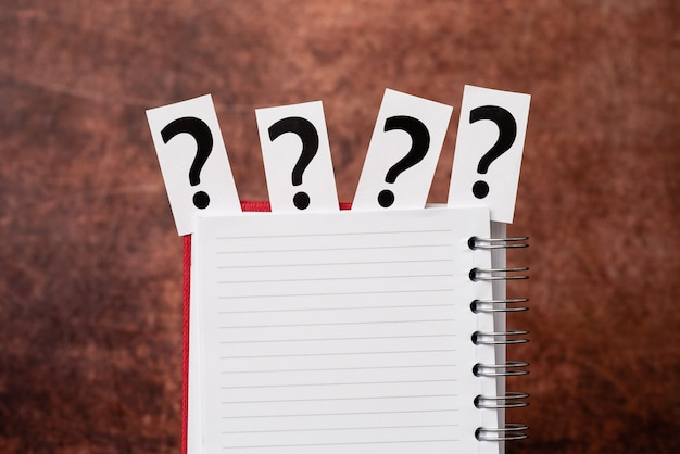 Remue-méninges sur de nouvelles idées solutions réponses, recherche d'indices, présentation de détails importants