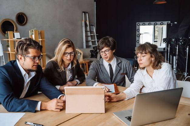 Remue-méninges de travail d'équipe de diversité de démarrage