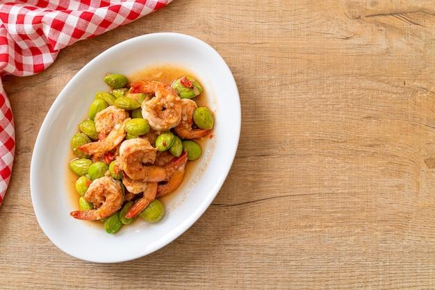 Remuer, haricots en grappe torsadés frits avec des crevettes, style thaïlandais