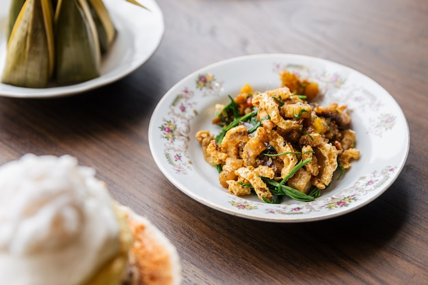 Remuer la peau de porc croustillante épicée avec acaci. cuisine thaïlandaise classique.