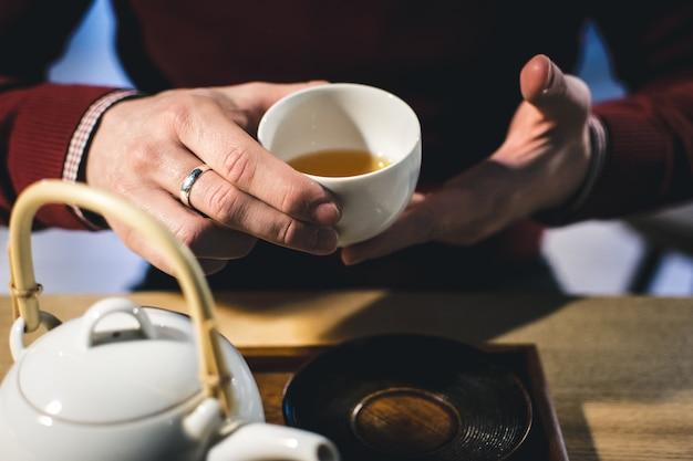 Rencontre avec un ami autour d'une tasse de thé vert