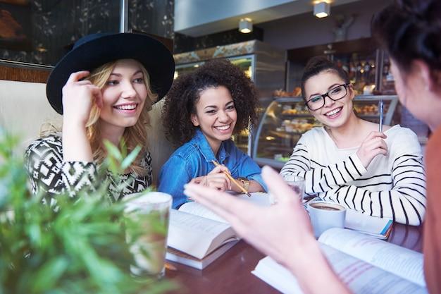 Rencontre d'amis et éducation dans la meilleure combinaison