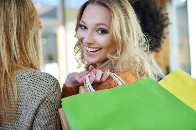 Rencontre fantastique avec des amis sur le shopping