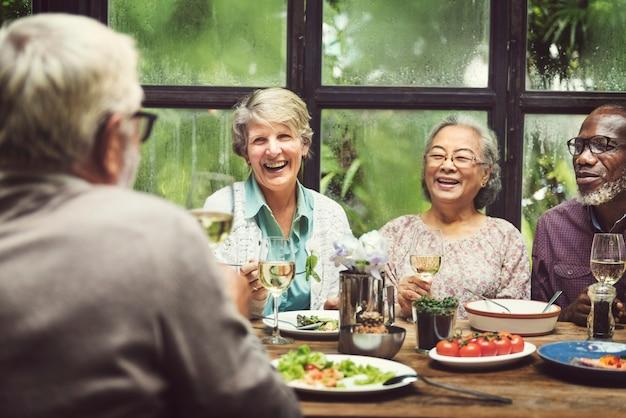 Rencontre de groupe de retraite senior avec concept de bonheur
