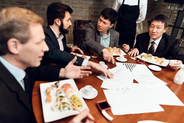 Rencontre avec des hommes d'affaires chinois au restaurant.