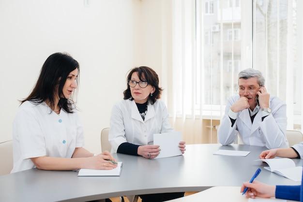 Rencontre des médecins de la clinique sur l'épidémie de virus. virus et épidémie, mise en quarantaine.