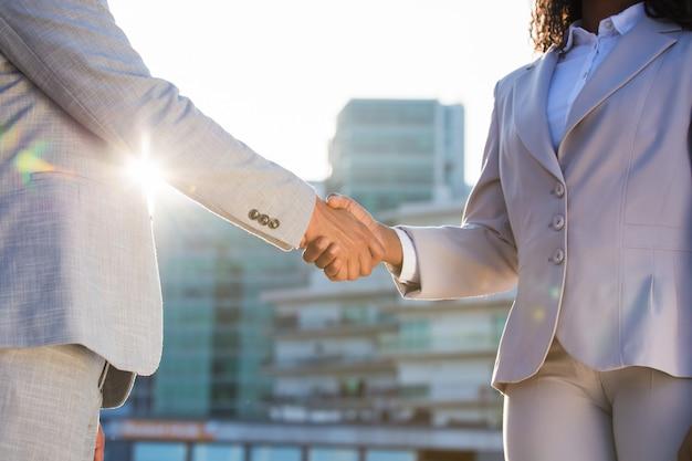 Rencontre de partenaires commerciaux en ville tôt le matin