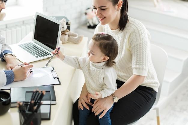 Rencontre pédiatre avec mère et enfant à l'hôpital