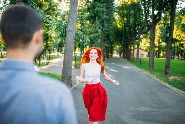 Rencontre romantique, jeune couple dans le parc d'été vert. homme et femme heureux ensemble