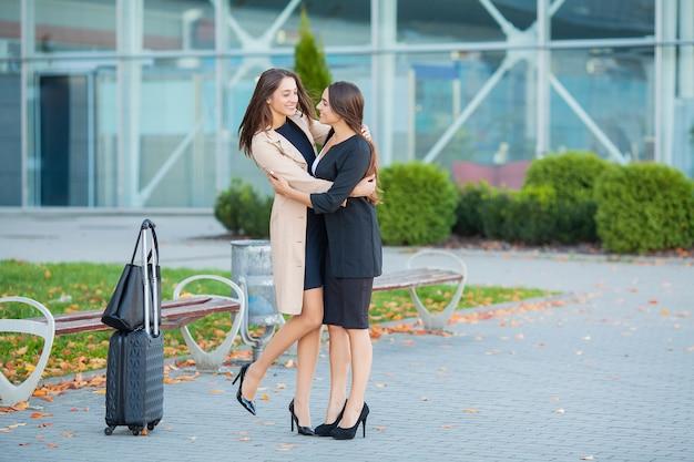 La rencontre tant attendue à l'aéroport.