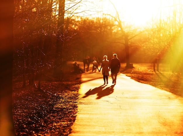 Rencontres couple sur fond de rue coucher de soleil hd
