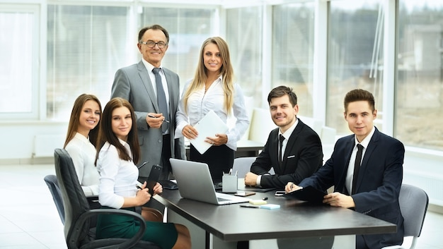 Rencontres avec des partenaires commerciaux dans un bureau moderne