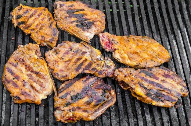 Rencontrez rôti sur le grill, repas barbecue