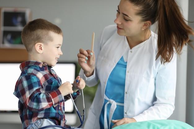 Rendez-vous avec un médecin pour enfants, joue avec un stéthoscope