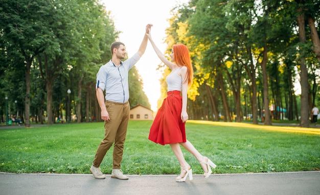 Rendez-vous romantique, amour couple bonheur ensemble, rencontre dans le parc d'été. jolie femme et jeune homme loisirs à l'extérieur