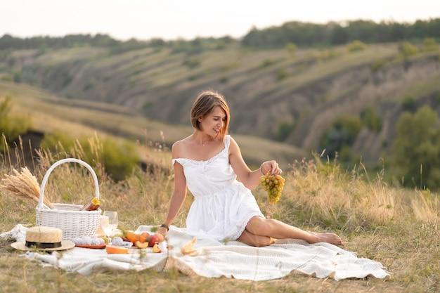 Un rendez-vous romantique avec une belle fille. un pique-nique en soirée dans un lieu pittoresque et inhabité.