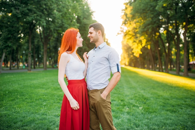Rendez-vous romantique, couple amoureux s'embrasse