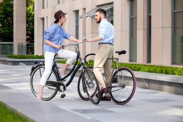 Rendez-vous romantique du jeune couple à vélo