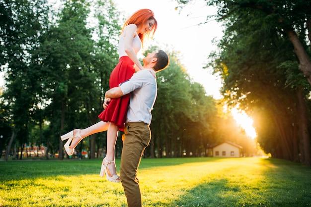 Rendez-vous romantique, embrassant le couple amoureux, rencontre dans le parc d'été. jolie femme et jeune homme heureux ensemble