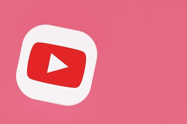 Rendu 3d du logo de l'application youtube sur fond rose