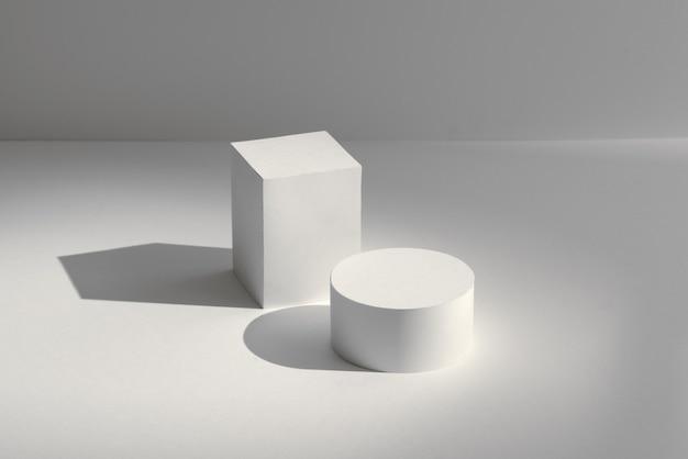 Rendu 3d podiums carrés et ronds blancs sur fond blanc avec des ombres