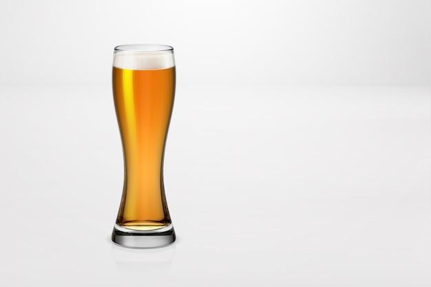 Rendu 3d d'un verre de bière légère isolé sur blanc
