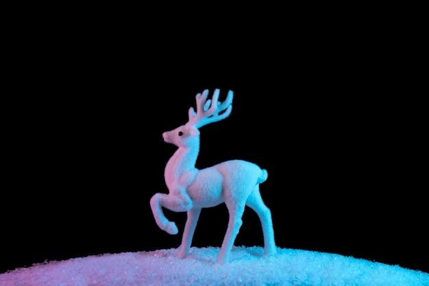 Renne blanc sur la neige dans des couleurs holographiques dégradées audacieuses et vibrantes